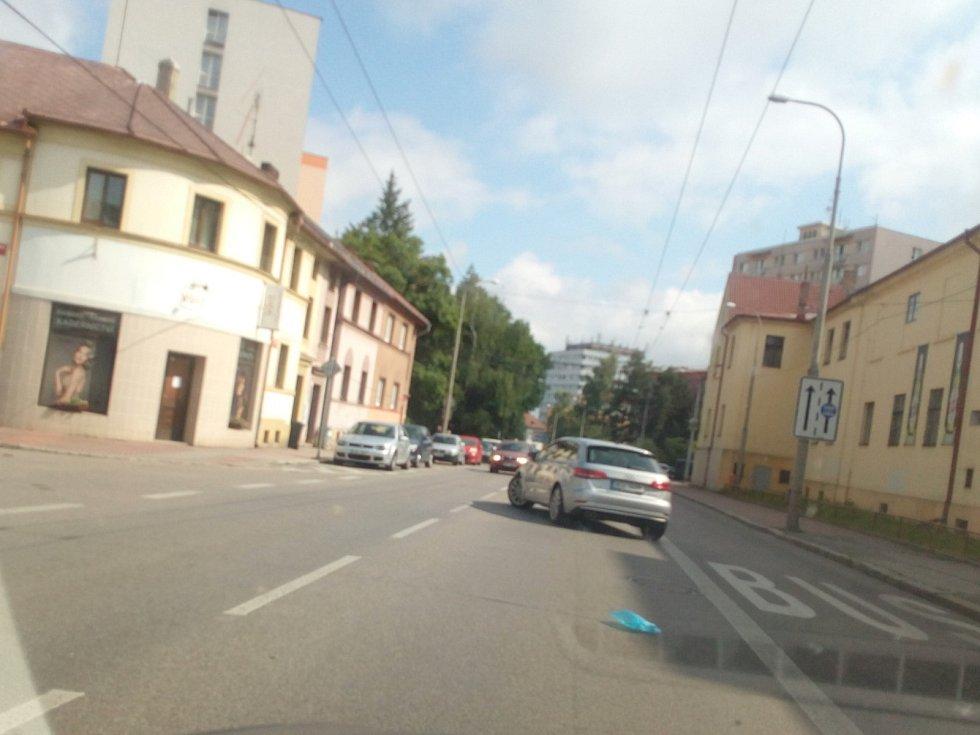 Od října 2021 budou modré zóny v Českých Budějovicích zavedeny také na Lineckém předměstí kolem Lidické třídy. Na snímku Lidická třída.