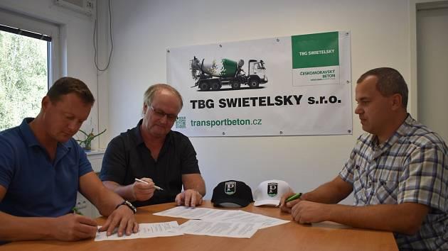 Smlouvu o spolupráci podepsali (zleva) vedoucí provozu TBG Swietelsky Michal Kačur, jednatel firmy Vladislav Homolka a předseda SK Pedagog Přemysl Horák.