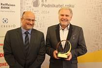 Majiteli společnosti KOH-I-NOOR holding Vlastislavu Břízovi (vpravo) předal ocenění EY Podnikatel roku 2014 Jihočeského kraje budějovický primátor Jiří Svoboda.