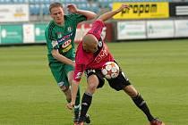 Tomáš Stráský byl v zápase s Příbramí jedním z nejlepších hráčů Dynama. Na snímku ho atakuje Nohýnek.