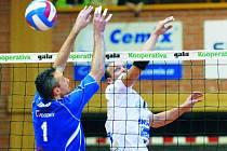 Volejbalisté Jihostroje České Budějovice porazili v sobotu v extralize Zlín 3:0. Na snímku u sítě v souboji nahrávač Budějovic Sládeček se zlínským Tomášem (v modrém).
