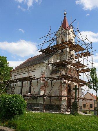 Pod lešením je nyní novogotická kaple vZalinách. Letošní opravy navazují na loňskou rekonstrukci. Hotovo by mělo být už příští týden.
