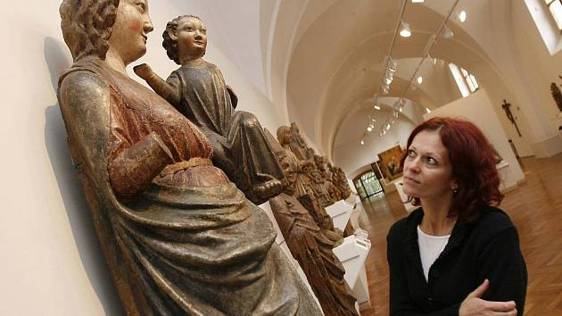 Alšově jihočeské galerii hrozí, že přijde o dvě vzácná díla ze svách sbírek: o jeden obraz holandského mistra se hlásí dědičky půvondí majitelky, na sochu madony z Rudolfova (na snímku) si činí nárok církev.