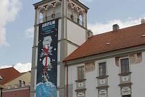 Symbolem letošního Anifilmu je dívka s červenou róbou, kterou v lehce muchovském stylu vymyslela Kateřina Bažantová. Její krasavice láká i z věže třeboňského náměstí.