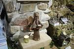 Ve Hvožďanech u Bechyně lze najít stodůlku plnou betlémů, ze dřeva, látky, keramiky nebo na skle.