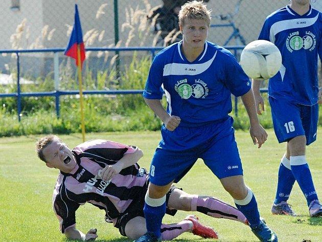 V divizním derby v Třeboni strakonický Endl (vlevo) padá po středu s domácím Hájkem.