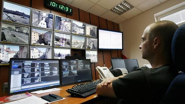 Nová dopravní ústředna dokáže fungovat bez obsluhy, údaje o stavu dopravy se ale zobrazují (na obrazovce vpravo) dispečerům městské policie.