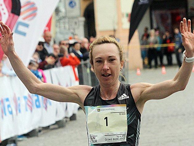 PRVNÍ. Eva Vrabcová-Nývltova startovala v Českých Budějovicích s číslem 1. Jedničkou byla i v cíli.