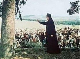 Kazatel na Šumavě. Zdeněk Štěpánek svým mocným hlasem promlouvá jako kněz kvenkovanům.