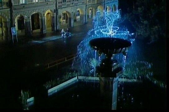 Záběr zfilmu Neříkej mi majore! Náměstí vTrhových Svinech skašnou ve filmu vnoci.
