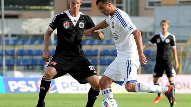 Adrian Čermák v Jihlavě bojuje s domácím Peterm Šulekem: Jihlava - Dynamo ČB v přípravě 5:0.