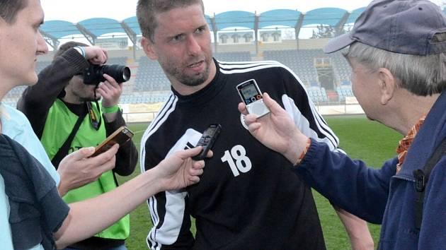 Richard Kalod po zápase se Sokolovem mezi jihočeskými novináři.