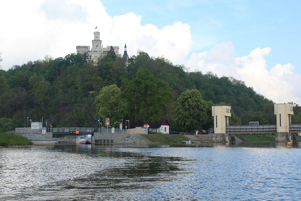 Hlubocké zdymadlo na Vltavě s plavební komorou.
