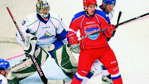 Útočník HC Mountfield David Kuchejda se statečně bije před brankou gólmana Ufy Jeremenka. Ruský mistr byl nad síly Jihočechů.