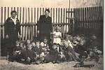 Svatý Jan nad Malší - Učitelka Božena Kleinová s dětmi z mateřské školy.
