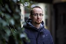 Jiří Březina (*1980) napsal detektivní román Na kopci. Zasadil ho na Šumavu a do Prahy. Děj se odvíjí od podivné události, kdy se malé Marii zjeví anděl, ale...