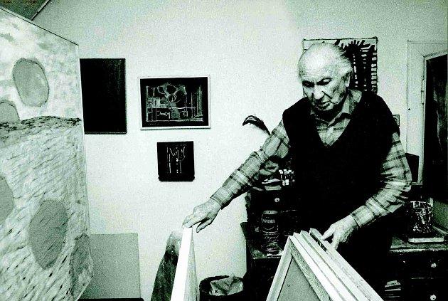 Malíř ve svém ateliéru.