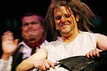 Jihočeské divadlo uvedlo semaforský muzikál Kytice. Na snímku Roman Nevěčný jako Polednice.