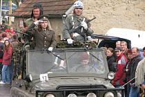 S jedním z ruských armádních vozů UAZ přijel do Mohuřic z Českých Budějovic i Karel Kouba s posádkou. Řidič představoval právě vojína Koubu ze známého filmu.