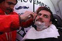 Karavan Movember s holičem Tadeášem Kneřem zastavil před Géčkem v Českých Budějovicích.