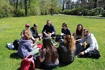 Navzdory chladnému ránu lákalo sluníčko přes den na výlet. Návštěvníci Zámecké zahrady v Hluboké nad Vltavou využili nádherného počasí k procházkám a návštěvě výstavy.