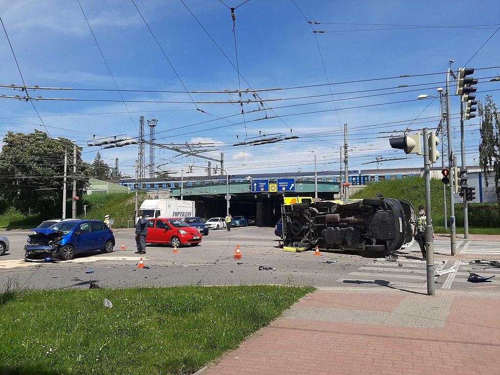 Nehoda sanitky a osobního vozu se stala v úterý 1. 6. 2021 ve 13.30 h na křižovatce ulic Nádražní a Rudolfovská v Budějovicích.