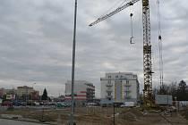 Výstavba nových domů podél Husovy třídy v Českých Budějovicích v místě bývalého areálu armády ve Čtyřech Dvorech. Nedaleko těchto objektů mají vzniknout i nové městské byty.