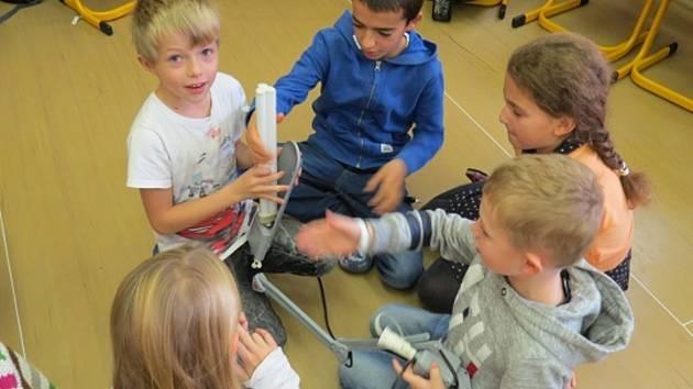 Děti se v zapojených školách hravou formou učí, proč je důležité třídit a recyklovat vysloužilá elektrozařízení. Na fototgrafii jsou děti ze ZŠ a MŠ Deštné.
