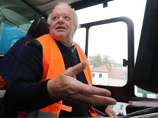 Řidiči linkových autobusů protestovali za vyšší platy a oblékli se do reflexních vest.