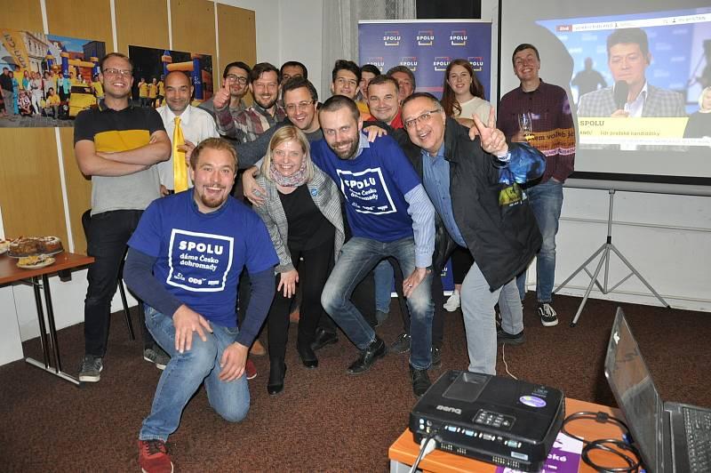 Poslanecký kandidát Šimon Heller prožíval v sobotu odpoledne a večer svoje zvolení v sídle KDU-ČSL na Lannově třídě i v sídle ODS.