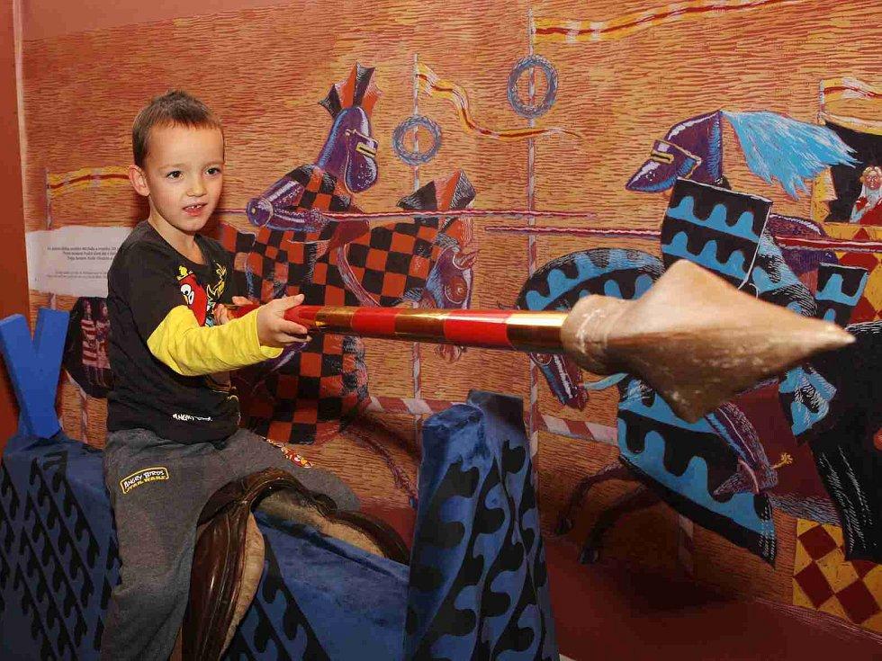 Písecká Sladovna nabízí novou výstavu Stroj času. Děti přenese do pravěku, antického Říma, za Kelty, do středověku, renesance i 19. a 20. století. Výstava potrvá do 26. dubna 2015. Kluci si zkouší i středověký rytířský souboj.