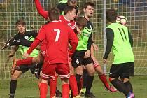 DRUHOU porážku v sezoně utrpěli fotbalisté Rudolfova. Na snímku zleva domácí Jiří Gerstner a Ondřej Hajný. Se sedmičkou situaci kontroluje třeboňský Jiří Divoký.