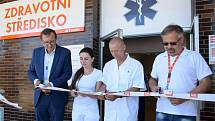 Nové prostory zdravotního střediska dnes slavnostně otevřeli zleva Jan Kruml, ředitel JE Temelín, MDDr. Lenka Fechtnerová, MUDr. Pavel Kočvara a Vladimír Hronek, člen dozorčí rady ČEZ.