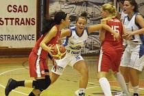 SOUBOJ. Eliška Petrušková (druhá zleva) brání Soniu Ursuovou (u míče). Přihlížejí Svobodová a Bakajsová (zprava).