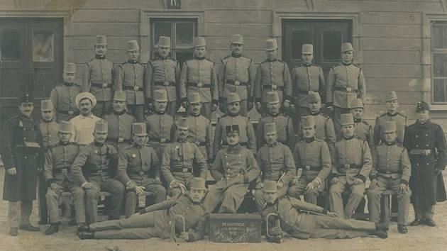 Josefa Trávníčka zachycuje fotografie krátce předtím, než šel do války. Snímek je z roku 1912, kdy byl Josef Trávníček (na snímku zcela vpravo v tmavém kabátu) na vojně.