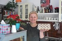 Kdo nechce péct vánoční cukroví doma, může objednávat u profesionálů. Cukrářka Pavla Petrovičová z Jílovic peče linecké, kokosky a jiné druhy, kterých nabízí zákazníkům celkem 13.