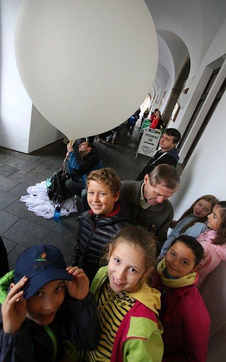 Ve středu se z českobudějovického náměstí vznesl stratosférický balon s pamětní mincí.