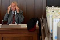 Státní zástupce Barnabáš Liška na archivním snímku ze září 2012 při zahájení hlavního líčení. Projednání rozsáhlého případu manipulovaných armádních zakázek spěje ke konci.