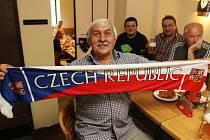 Budějovičtí fandili českým hokejistům při sobotním zápase s Kanadou v českobudějovických restauracích. Snímek je z Masných krámů.