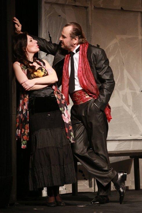 Popáté ve své historii nastudovala opera Jihočeského divadla Bizetovu Carmen. Poprvé zazní libreto ve francouzském originále. Na snímku jako Carmen Šárka Hrbáčková a Alexandr Beň jako Escamillo.
