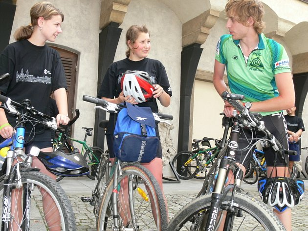 V pondělí protnul České Budějovice peloton cyklistů, kteří v rámci akce pořádané Nadací Partnerství jedou z Prahy do Vídně po cyklostezkách Greenways.