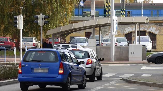 Řidiči osobních automobilů mají podle nových nařízení zákaz vjezdu z Žižkovy třídy do Nádražní ulice. Přesto tudy jezdí dál.Právě na ně se tak ve svých kontrolách zaměřili strážníci městské policie.