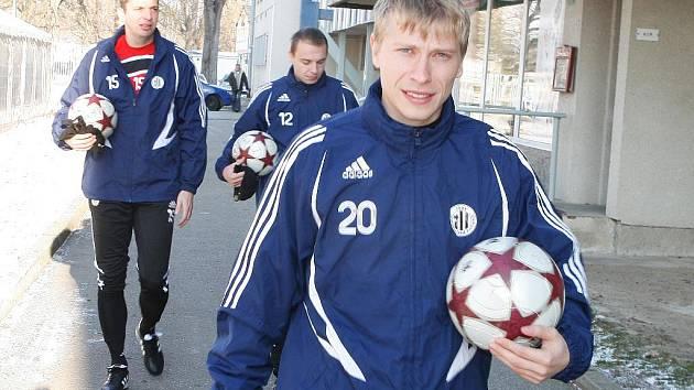 Fotbalisté dynama míří na trénink: zleva Jan Riegel, Michael Žižka a Josef Laštovka.