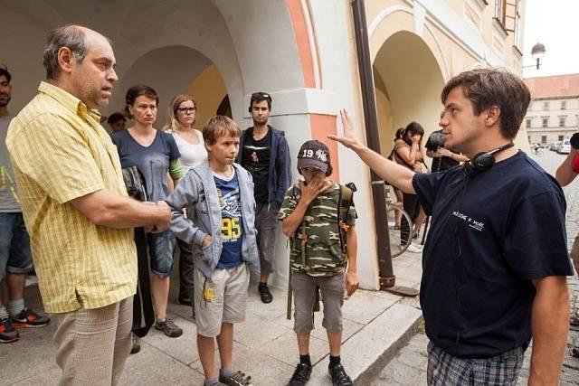 Jiří Mádl režíruje herce Miroslava Táborského a dětské protagonisty. Opět se nacházíme v České ulici.