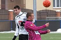 Michal Mácha, jenž z Dynama míří do Hradce na hostování, si zahrál proti svým bývalým spoluhráčům: na snímku stráží Stráského.