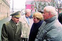 Generál Antonín Husník s Alenou a Jiřím Kučerovými, dětmi popraveného štábního kapitána Josefa Kučery.
