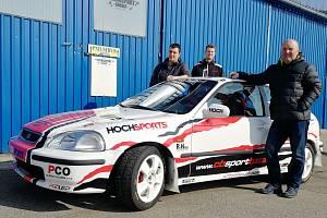 Českobudějovický tým před odjezdem na Valašskou rallye. U vozu Honda Civic Vti se sešli pilot Jan Jinderle (vpředu), spolujezdec Jiří Jevický (vzadu vlevo) a hlavní mechanik Václav Šejda.