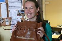 Dary do Kabelkového veletrhu přibývají. Na snímku Lucie Čečková s kabelkou od babičky Jarmily Kosňovské.