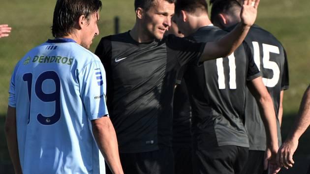 David Lafata se raduje ze svého gólu, kterým přispěl svému Olešníku k výhře nad Protivínem v krajském přeboru 5:1. O víkendu fotbalové soutěže v kraji pokračují.