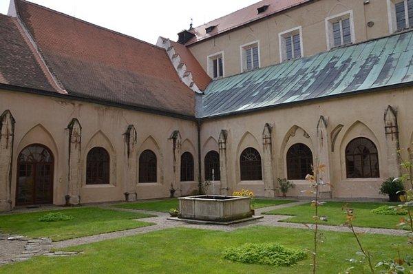 Uprostřed křížové chodby rajský dvůr, který zde vytváří oázu klidu.
